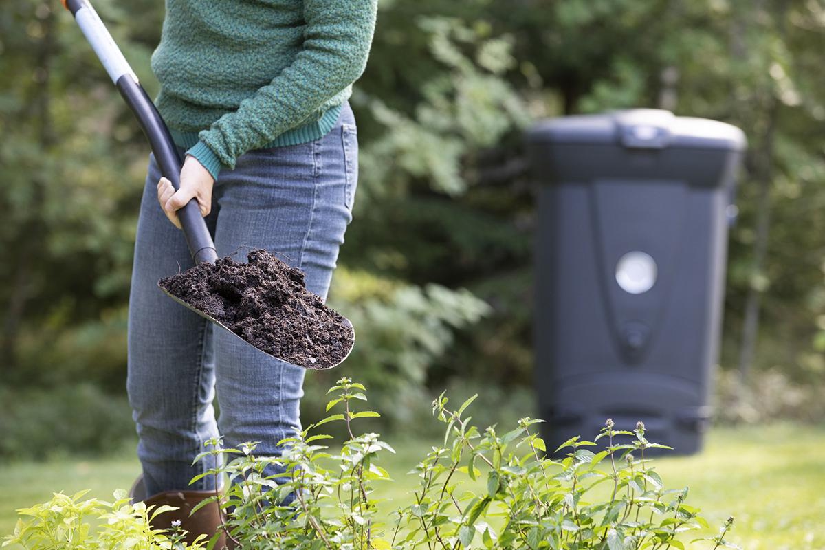 Kompostoimalla biojätteestä saadaan arvokasta maanparannusainetta omassa puutarhassa käytettäväksi ja samalla säästetään jätekuljetusmaksuissa.