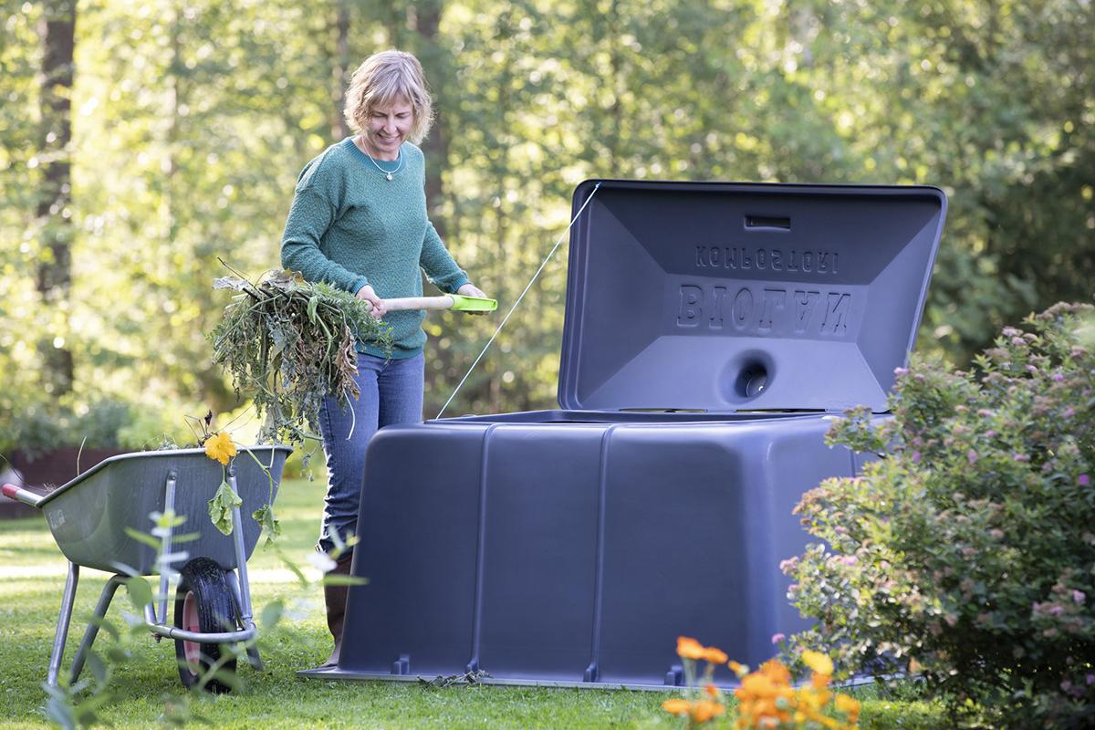Biolan Puutarhakompostorin tilavuus on 900 litraa, ja sinne mahtuu runsaasti puutarhajätettä.