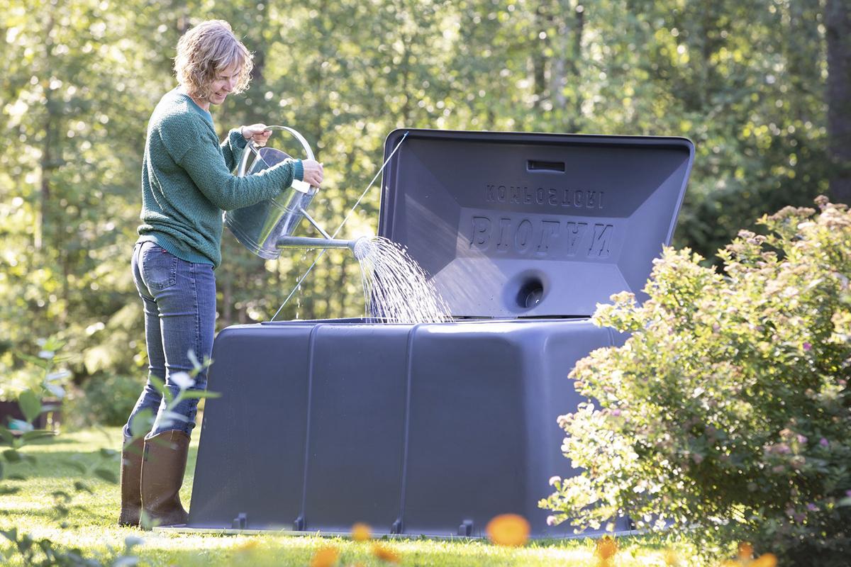 Puutarhakompostoria kastellaan, jotta hajotustoiminta alkaa.